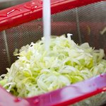 Rinse the leeks under cold water.