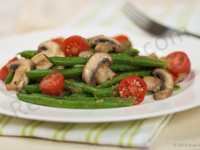 Green Beans with Mushrooms and Cherry Tomatoes