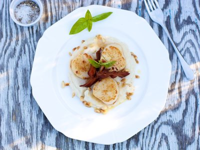 Pan Seared Scallops with Cauliflower Puree and Crispy Bacon