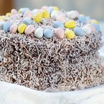 Final touch: Decorate with the Easter chocolate eggs