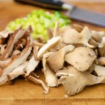 Tear the oyster mushrooms into the small pieces, and thinly slice the scallions.