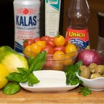 Get together the ingredients we need to make this delicious Greek salad.